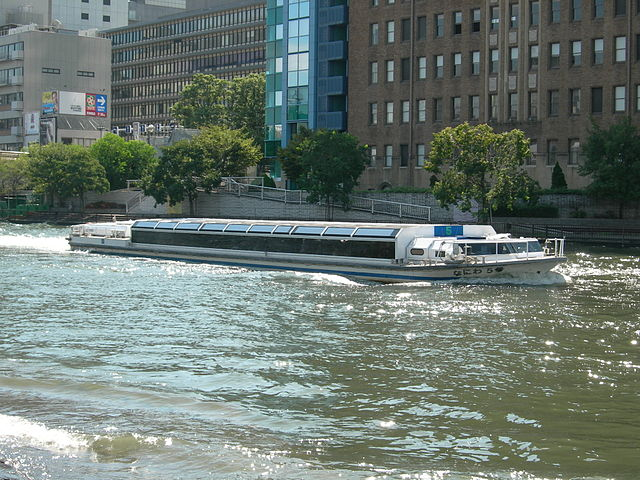 aqua-bus-touring-aqua-liner-osakajo-pier-in-central-osaka-city